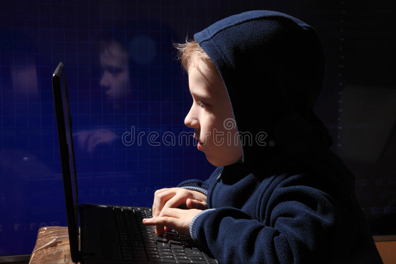 Prodigio joven del colegial - pirata informático El estudiante dotado entra en el sistema bancario imagen de archivo libre de regalías