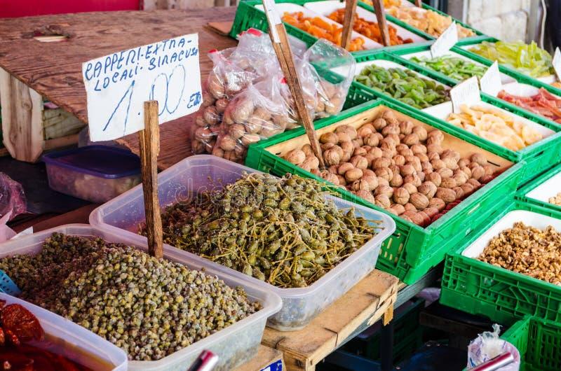 Prodotti alimentari da vendere al mercato immagini stock libere da diritti