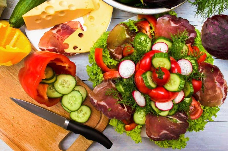 Prodotti alimentari sani sulla tavola fotografie stock