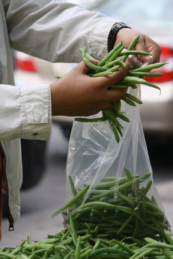 Prodotti all'aperto del mercato dei fagiolini freschi immagini stock