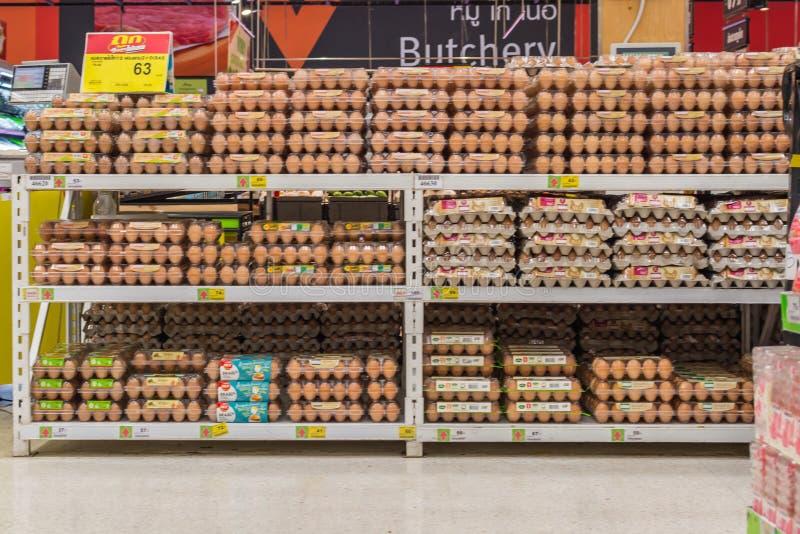 Prodotti a base d'uovo freschi da vendere in supermercato fotografia stock libera da diritti