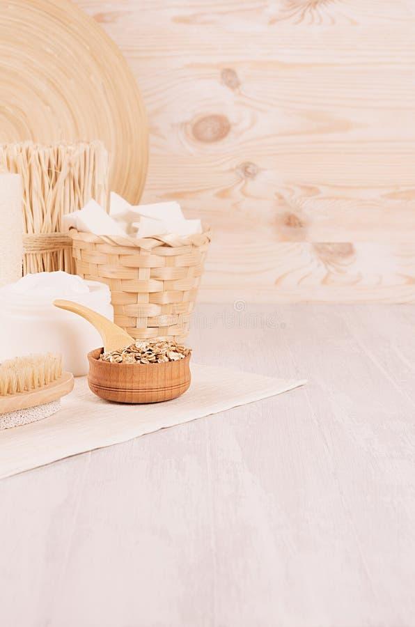 Prodotti bianchi dei cosmetici della stazione termale rustica naturale tradizionale e decorazione di bambù beige su fondo di legn fotografia stock libera da diritti