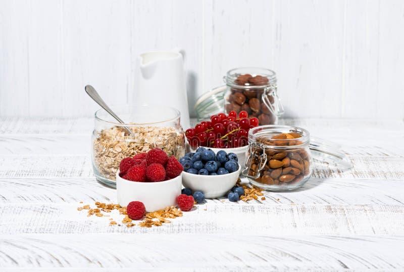 Prodotti biologici freschi per una prima colazione sana sulla tavola bianca immagine stock