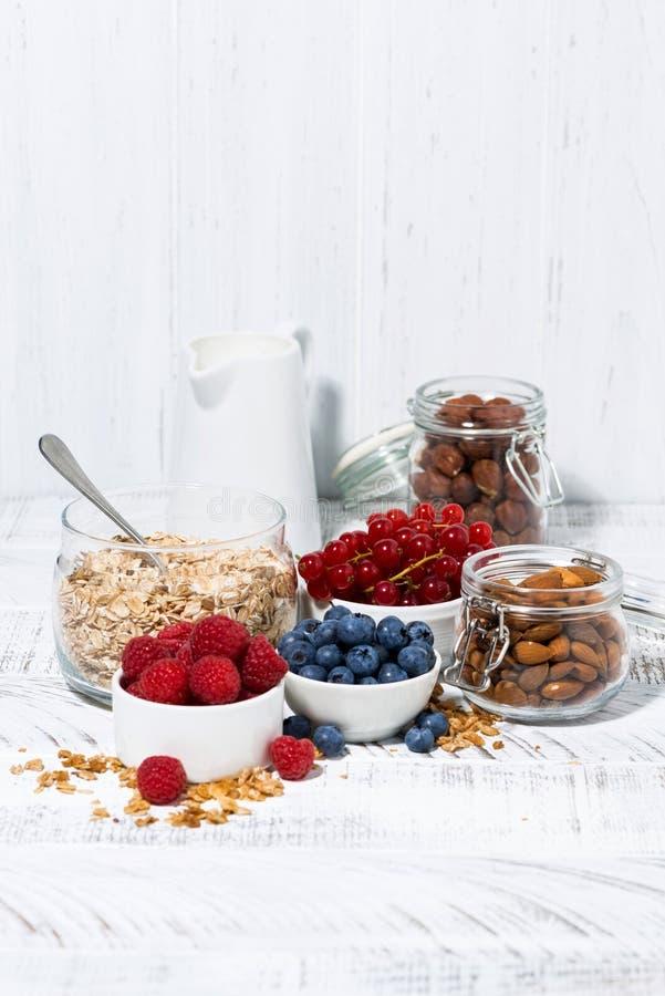 Prodotti biologici freschi per una prima colazione sana sulla tavola bianca, verticali fotografia stock