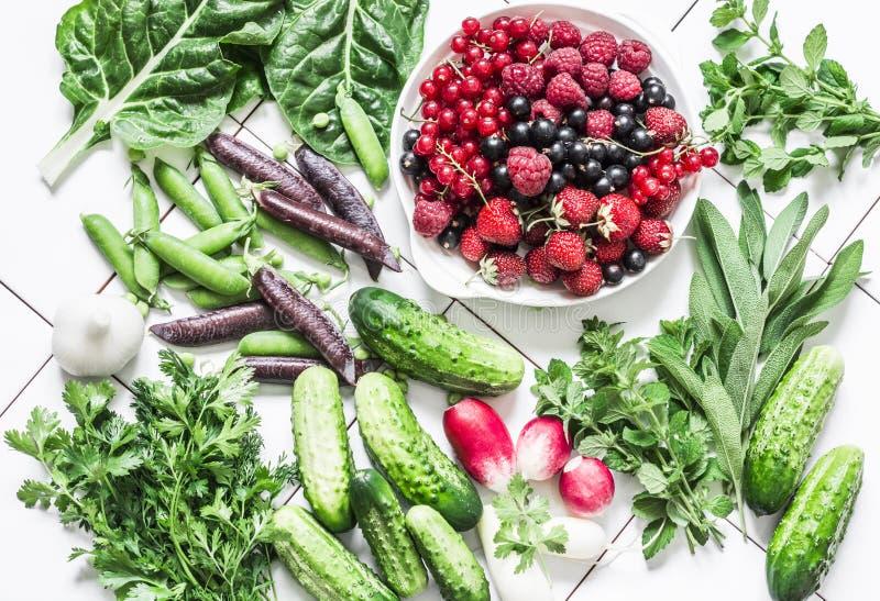 Prodotti biologici naturali freschi - verdure, erbe, bacche su un fondo leggero, vista superiore Disposizione piana fotografia stock libera da diritti