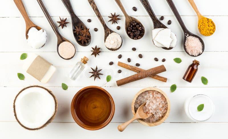 Prodotti casalinghi della noce di cocco sul fondo di legno bianco della tavola Olio, fotografie stock