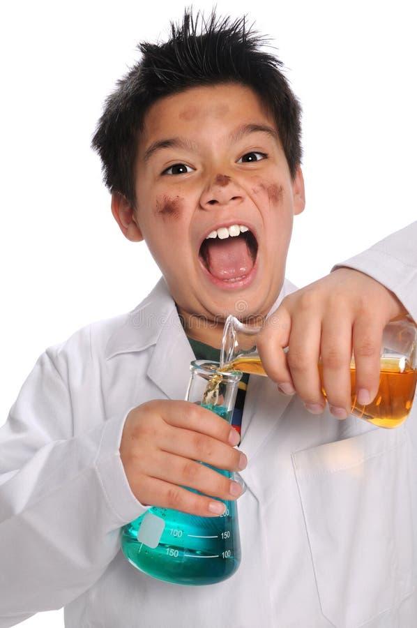 Prodotti chimici mescolantesi del giovane scienziato pazzo fotografie stock libere da diritti