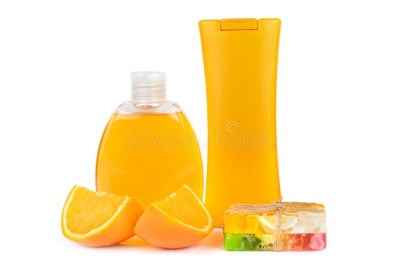 Prodotti cosmetici naturali arancio su fondo bianco fotografia stock libera da diritti