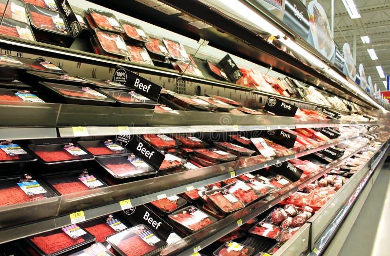 Prodotti del pollame e della carne sugli scaffali fotografia stock