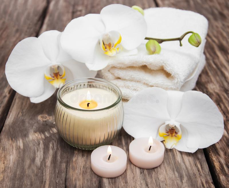 Prodotti della stazione termale con le orchidee immagini stock