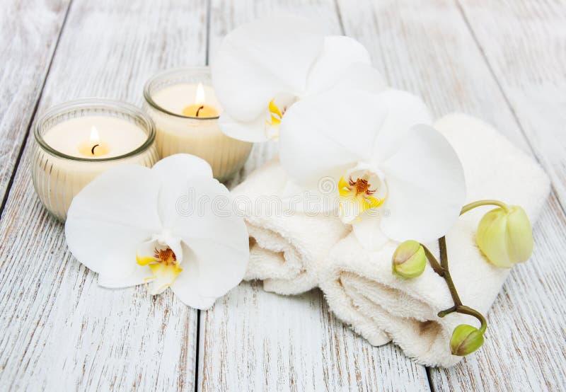 Prodotti della stazione termale con le orchidee immagine stock libera da diritti