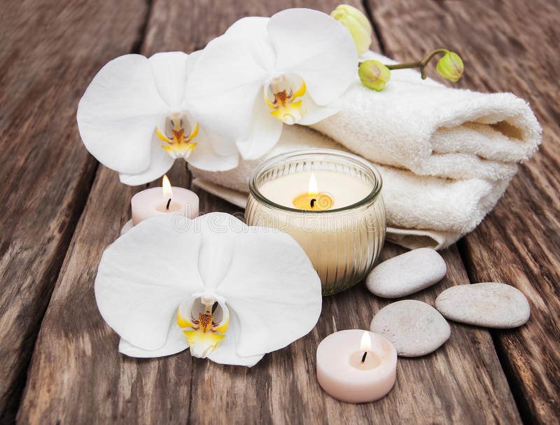 Prodotti della stazione termale con le orchidee fotografie stock