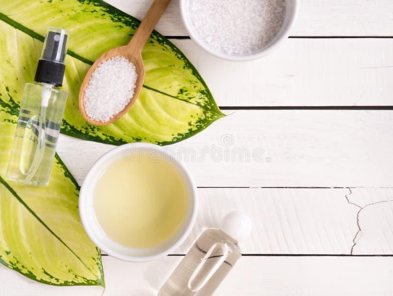 Prodotti dello skincare, petrolio di aromaterapia e sale naturali con lo PS della copia fotografia stock