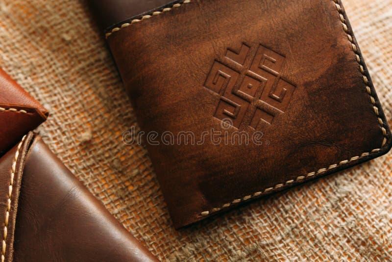 Prodotti di cuoio con l'ornamento nazionale fotografia stock