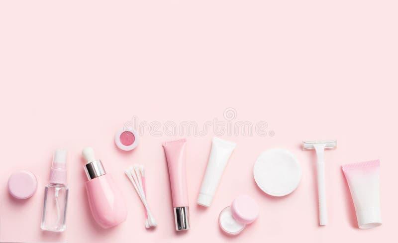 Prodotti di cura del fronte sul rosa in considerazione del confine fotografia stock