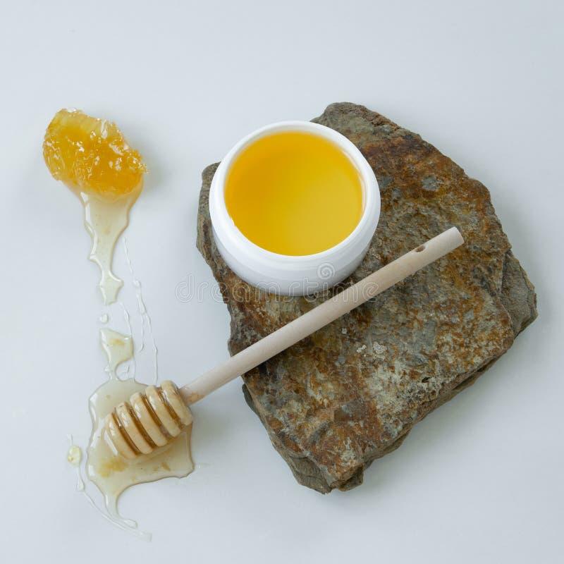 Prodotti di cura di pelle con miele Rimedio organico sano fotografie stock libere da diritti