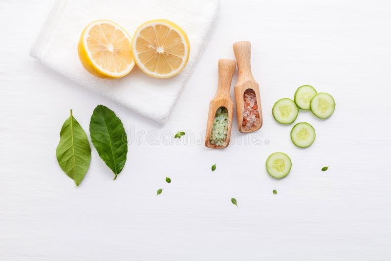Prodotti di cura di pelle di erbe naturali Cetriolo degli ingredienti di vista superiore fotografie stock