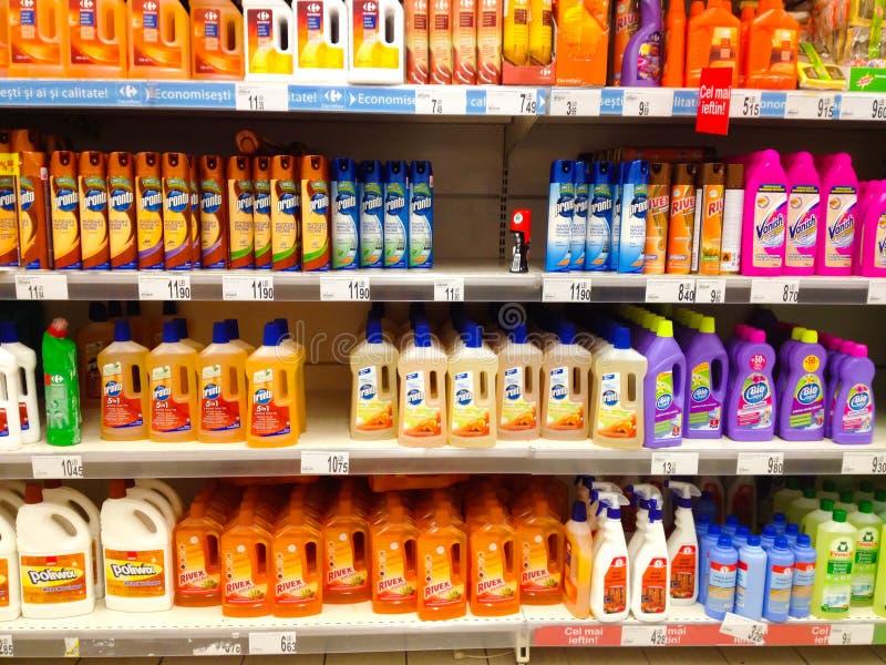Prodotti di pulizia in supermercato immagine stock