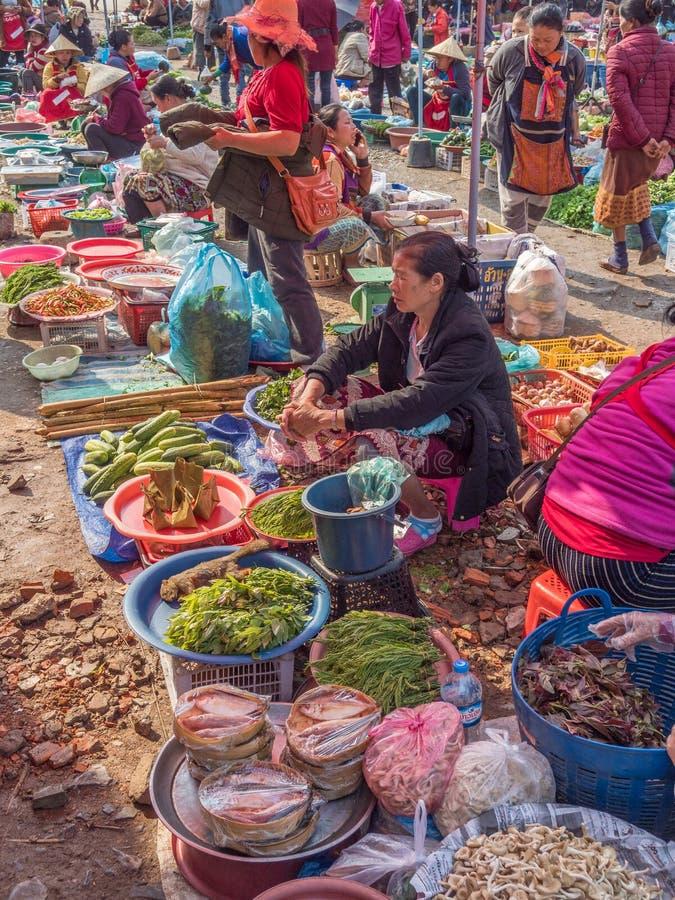Prodotti e la gente al mercato Phonsavanh, Laos fotografia stock libera da diritti
