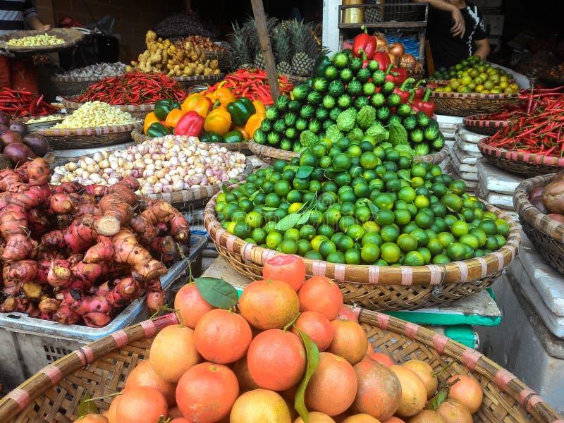 Prodotti freschi sulla vendita al mercato locale degli agricoltori fotografia stock libera da diritti