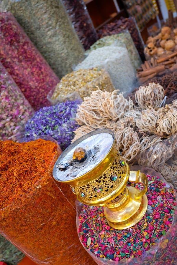 Prodotti freschi visualizzati nel mercato del souq della spezia immagine stock