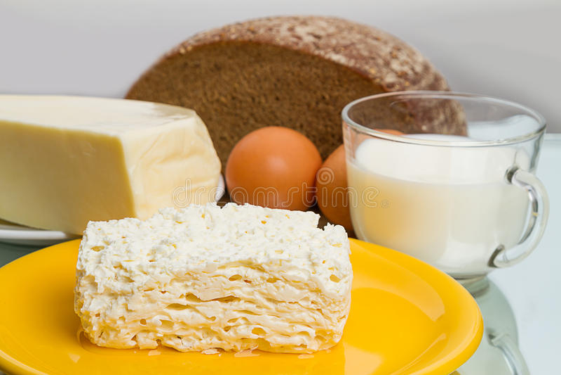 Prodotti lattier-caseario e pane di segale fotografia stock libera da diritti