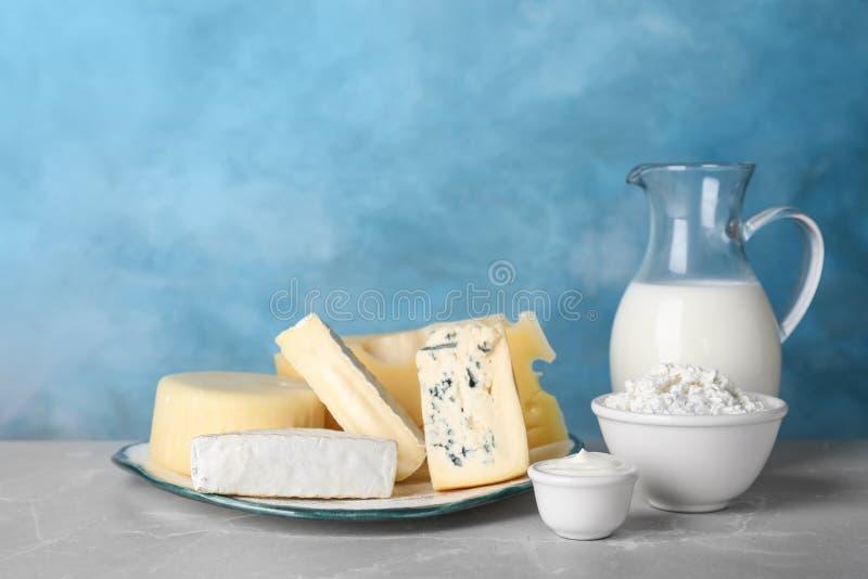 Prodotti lattier-caseario freschi sulla tavola immagini stock
