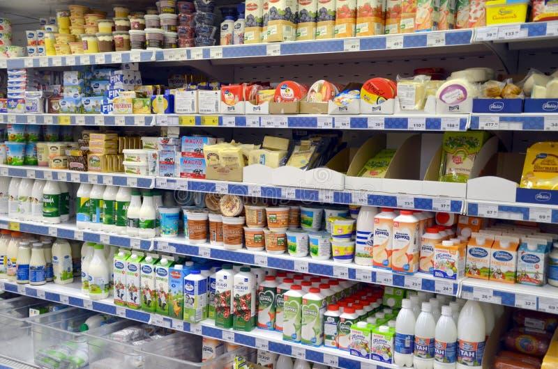 Prodotti lattier-caseario nel deposito immagini stock