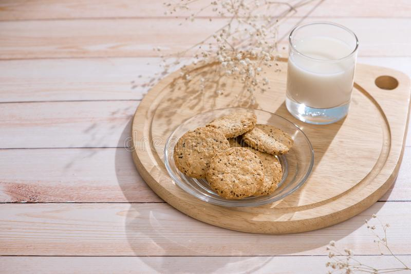 Prodotti lattier-caseario Prima colazione organica della pasticceria con latte ed i biscotti fotografia stock libera da diritti
