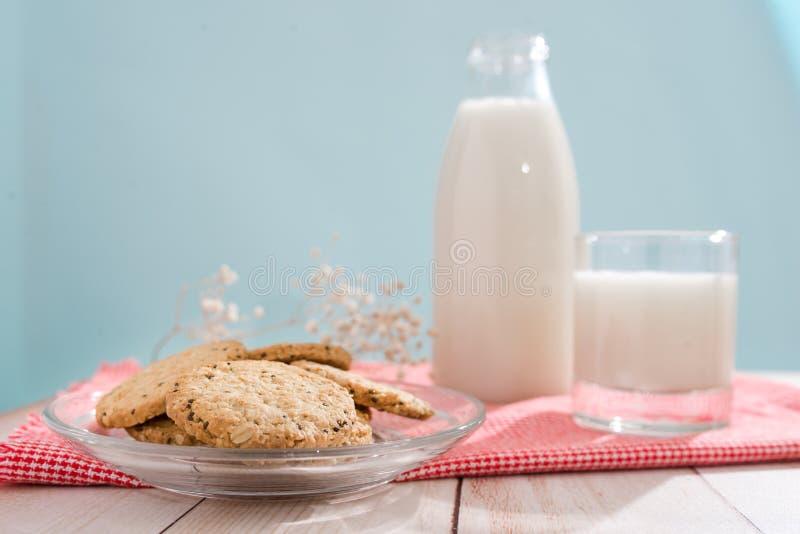 Prodotti lattier-caseario Prima colazione organica della pasticceria con latte ed i biscotti fotografia stock