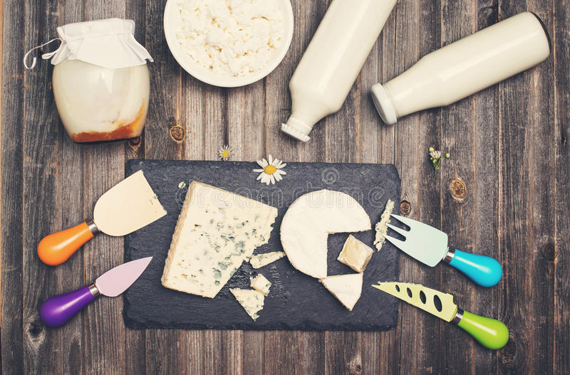 Prodotti lattier-caseario sulla tavola di legno rustica Panna acida, latte, formaggio, fotografia stock libera da diritti