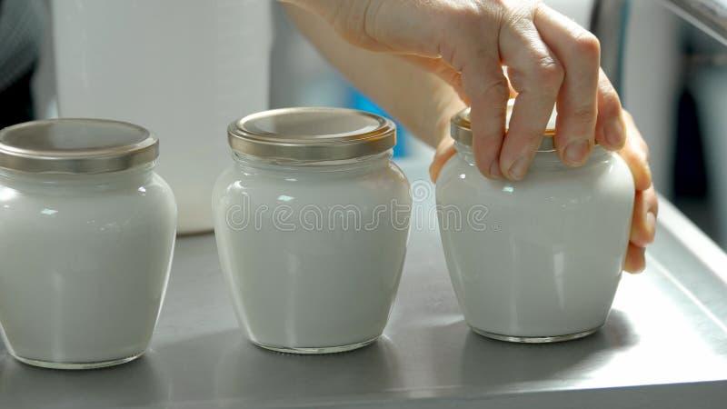 Prodotti lattiero-caseari in barattoli di vetro vicino su fotografia stock libera da diritti