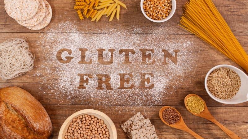 Prodotti liberi del glutine intorno alle parole scritte in farina fotografia stock libera da diritti