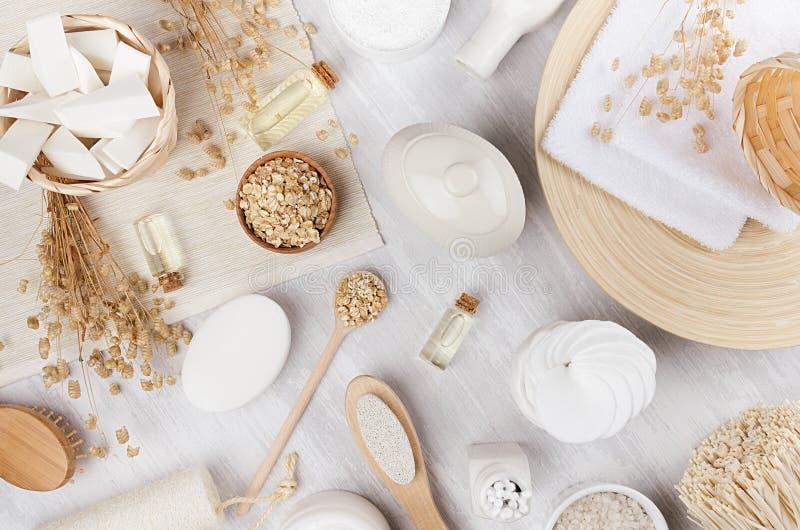 Prodotti naturali beige rustici tradizionali delicati dei cosmetici per cura di pelle e del corpo sul bordo di legno bianco, vist fotografia stock libera da diritti