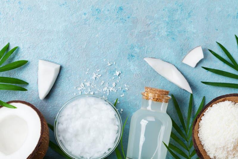 Prodotti naturali della noce di cocco per la stazione termale, il cosmetico o gli ingredienti alimentari Petrolio, acqua e trucio immagini stock libere da diritti
