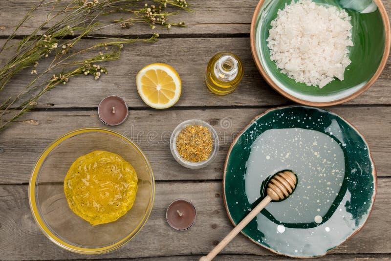 Prodotti naturali di cura e di aromaterapia del corpo sulla tavola di legno immagine stock