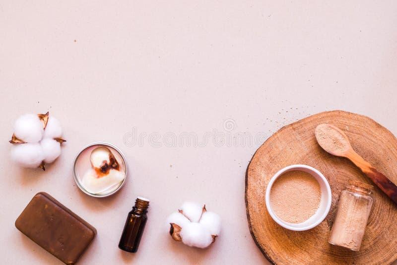 Prodotti naturali residui dei cosmetici zero sullo scrittorio Foto piana di disposizione fotografie stock libere da diritti
