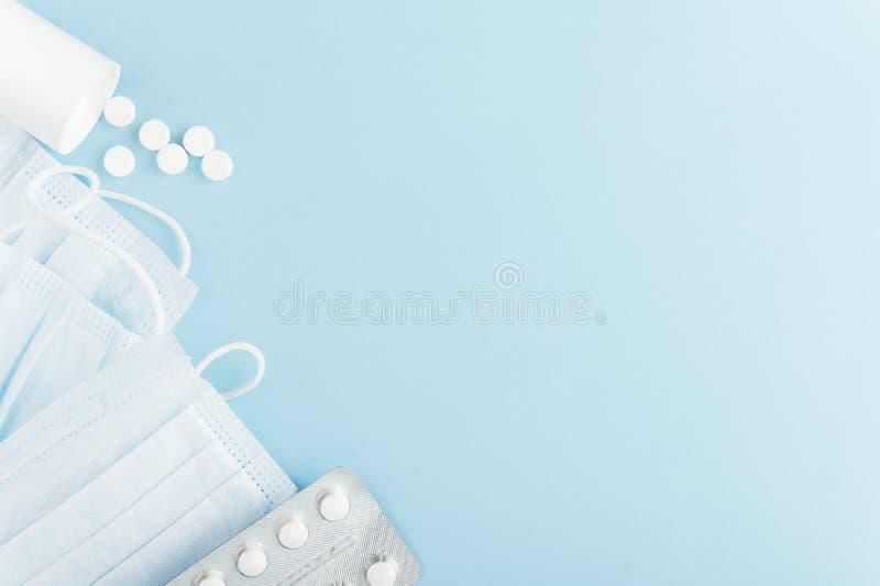 Prodotti per l'igiene personale destinati all'uomo sullo sfondo Maschera di protezione medica e compresse sparse su fondo luminos immagine stock
