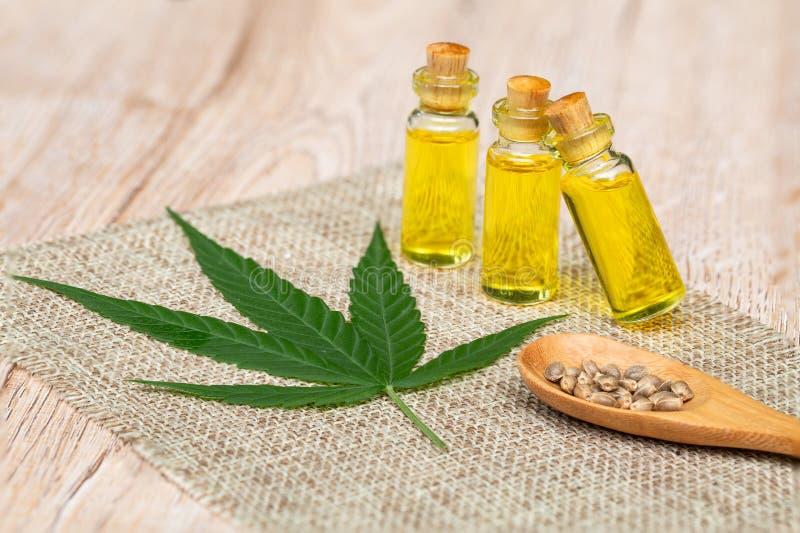 Prodotti petroliferi della canapa di CBD, olio della cannabis contro la pianta di marijuana Trattamento di erbe, medicina alterna fotografie stock libere da diritti