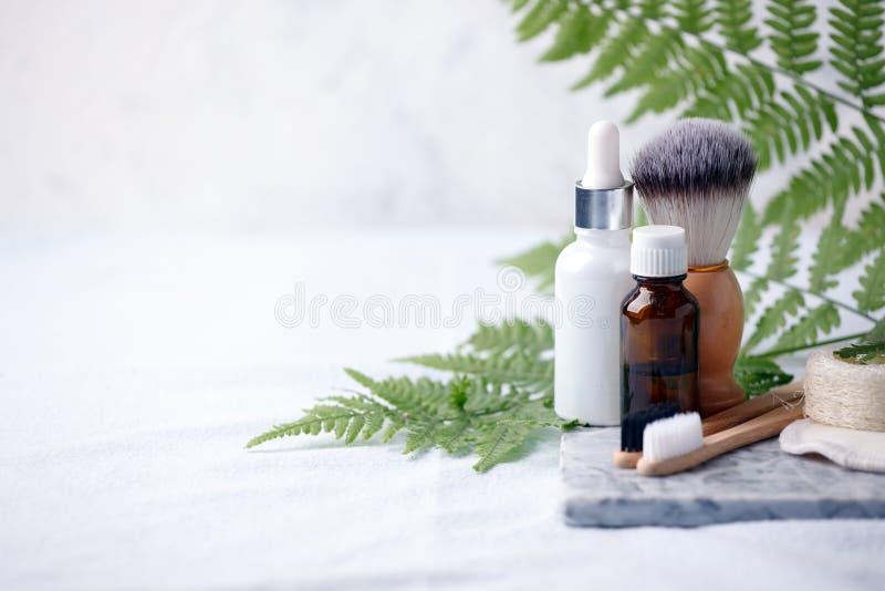 Prodotti residui zero di rasatura e di pulizia sul piatto di marmo Concetto amichevole di eco del bagno, fondo minimo di stile fotografie stock libere da diritti