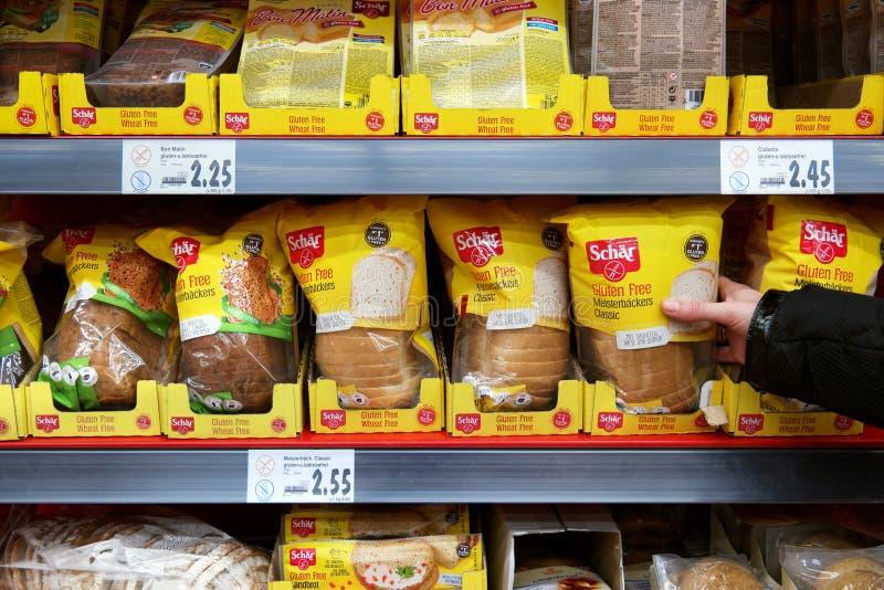Prodotti senza glutine di Schar in un deposito fotografia stock