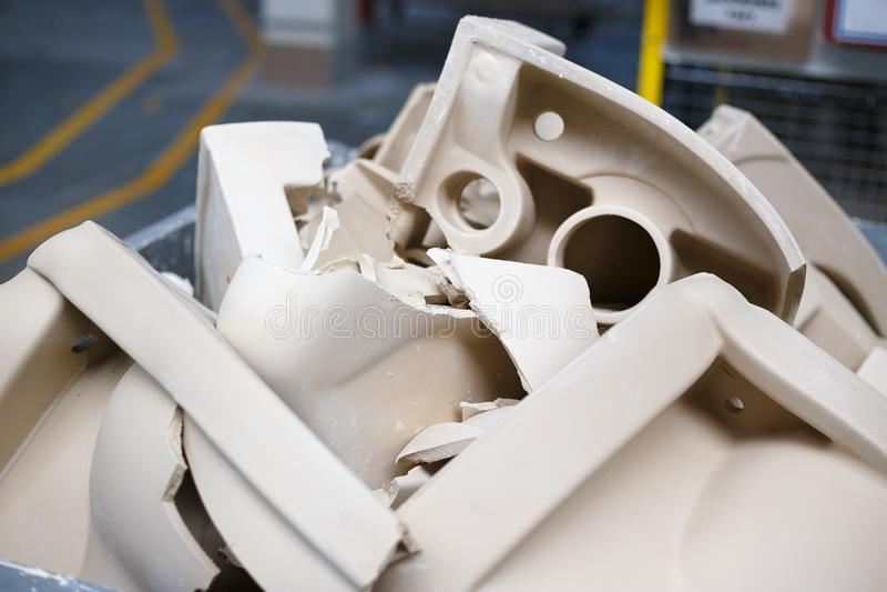 Prodotto difettoso delle toilette rotte nell'officina fotografia stock libera da diritti