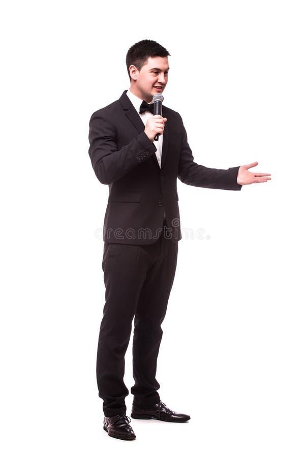 Prodotto invisibile o pubblicità del giovane presente dello showman con il microfono immagini stock