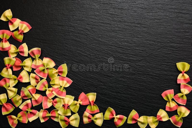 Prodotto italiano tradizionale della farina, pasta colorata sotto forma di fotografie stock
