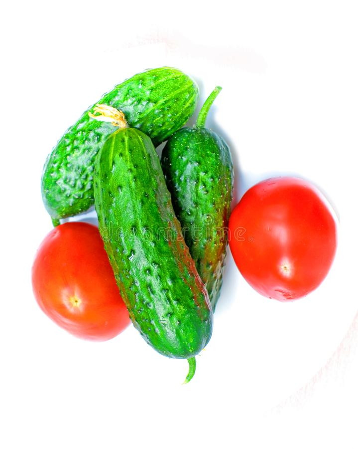 Prodotto-verdure fresche di vegetables due pomodori e tre cetrioli pronti per produrre insalata immagine stock