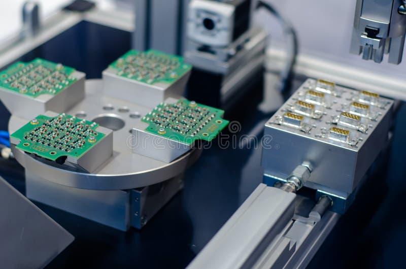 Produção da placa e do conector foto de stock