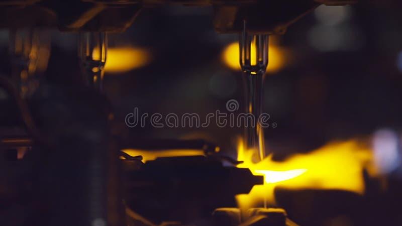 Produção das garrafas de vidro Reciclagem de vidro estoque Garrafa que fabrica a fábrica industrial Vidro derretido Vidro fotos de stock