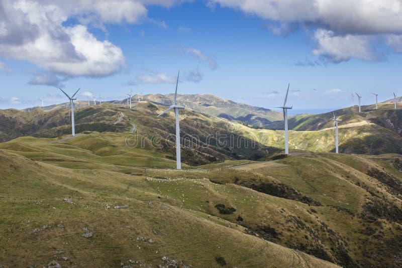 Produção de eletricidade da turbina da exploração agrícola de vento imagem de stock royalty free