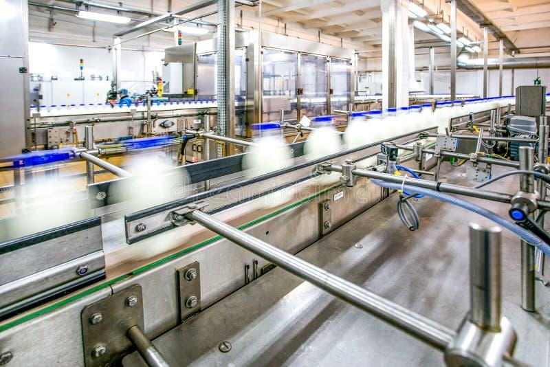 Produção de leite na linha na fábrica imagens de stock