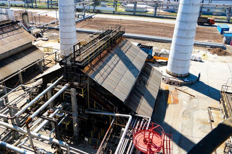 Produção de petróleo do óleo e do motor Parte da coluna tecnologico na refinaria para a fabrica??o de produtos petrol?feros claro fotos de stock